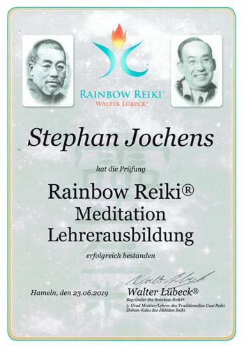 zeigt Urkunde der Lehrerausbildung Meditation